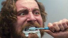 Image copyright                  thinkstock                  Image caption                     No todos tenemos los dientes igual de blancos. ¿A qué se debe?   Las blancas sonrisas que fabrica Hollywood están, cada vez más -y a veces literalmente- en boca de todos. Tener los dientes blancos se ha convertido en una necesidad no sólo estética, sino también psicológica. Pero no todas las personas tienen los dientes blancos de forma natural. Y no siempr