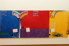 Werk zonder titel van Jasper Johns uit 1965. De kunstenaar vond dat de kijkers hun eigen conclusies maar moesten trekken. Dit enorme doek met een van rode, blauwe en gele stroken en vegen gemaakte regenboog nodigt de toeschouwer uit om over de symboliek van kleuren na te denken.