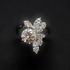 à vendre : 7800€ Bague en Or 18 Cts serti sur 6 griffes d'un Diamant taille brillant de 1.51 Cts et de 1,0 carat de diamant taille marquise et brillant qualité G-VS Couleur : K Pureté : VS1 diamètre pierre 7.7 mm poids brut : 5,0 gr Taille : 52 Dimensions : 12mm x 18 mm Prix neuf du diamant : 11 575€ Livré avec certificat LFG de Paris mise à la taille offerte Vendu avec facture