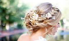 coiffure mariage: chignon bas décoiffé, tresse sur le côté et fleurs Bridal Hair Flowers, Bouquet, Wedding Dresses, Weddings, Indian, Google, Fashion, Debutante, Flamingo