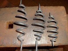 В этом видео показываю как своими руками сделать спираль,усик.без нагрева металла на холодную.Этот элемент присутствует в большинстве кованных,растительных о...