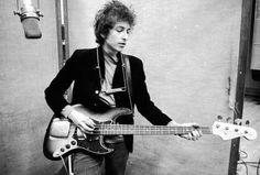 Com atraso de uma semana foi anunciado hoje o Prêmio Nobel de Literatura 2016. O agraciado é o cantor e compositor norte americano Bob Dylan. Faz parte das regras que o prêmio deve ser dado a alguém vivo por excelência em sua área de atuação. Como que para justificar a escolha Sara Danius secretária geral da academia informou que Dylan foi o premiado porque criou novas expressões poéticas na tradicional música americana. Esta não foi a primeira vez que ele concorreu.  @OlhardeMahel #BobDylan…