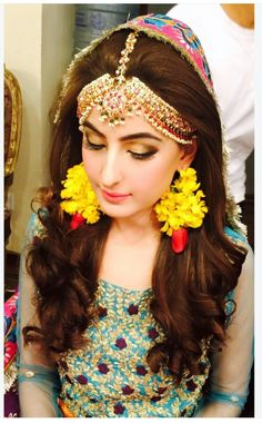 Stylish Bridal Mehndi Frisuren für Ultimate Traditional Look . Pakistani Bridal Hairstyles, Mehndi Hairstyles, Pakistani Bridal Makeup, Bridal Mehndi Dresses, Pakistani Wedding Outfits, Indian Bridal, Pakistani Mehndi, Mehndi Outfit, Trends 2018