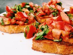 Tomato bruschetta with basil - Healthy Food Mom Gourmet Recipes, Appetizer Recipes, Healthy Recipes, Brunch, Bruschetta Recept, Pasta Tomate, Easy Pasta Recipes, Clean Eating Snacks, Food Inspiration