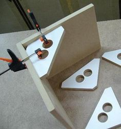 "Supports d'équerre 90° faits de MDF pour assemblage de caissons (8"" X 8"" approx.)   MDF 90° support brackets for casing assembly (8"" X 8"" approx.)"