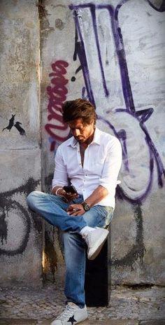 Shah Rukh Khan - Jab Harry Met Sejal Shahrukh Khan And Kajol, Salman Khan, Srk Movies, Sr K, Photography Poses For Men, King Of Hearts, Akshay Kumar, Boys Over Flowers, Anushka Sharma