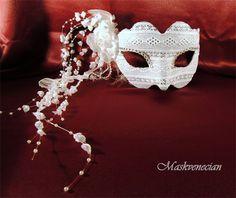 Cascada : Antifaz en plata recubierto de encaje blanco con flores, organza y perlas que caen como una cascada.  Precio -  52 Euros