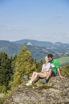 Eine Ruhepause beim #Wandern im #Mühlviertel. Weitere Informationen zu #Wanderurlaub im Mühlviertel in #Österreich unter www.muehlviertel.at/wandern - ©Mühlviertel Marken GmbH/Erber Austria, Mountains, Nature, Travel, Coach Tours, Hiking Trails, Travel Advice, Branding, Life
