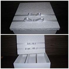 Caixa MDF para os Padrinhos decorada com renda e fita de cetim!! com espaço para mini champanhe + taças -  R$ 38,00 cada  Enviamos para todo o Brasil ✈️ Orçamentos:  n.saches@hotmail.com  whats app (11) 98945-5353  Loja:  www.elo7.com.br/nsaches  #lembrançaparapadrinhos#caixaparachampanheetaças#lembrançaparacasamento#casamento