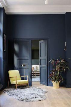 Diep blauw voor muur en deur.