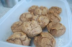 Muffins met dadels en koekkruiden Goed voor 10 tot 12 muffins: 60 gram kokosmeel 5 eieren 100 ml kokosmelk of amandelmelk 50 gram gesmolten kokosolie of roomboter 1 volle el koekkruiden  wat vanillepoeder 7 verse dadels zonder pit (heb je gedroogd neem dan wat minder, gedroogd is zoeter) 1 thl bakpoeder eerst eieren dadelels en kokosolie mengen met staafmixer, de rest erbij doen en mengen vervolgens beslag in vormpjes doen en bakken in oven op 180 graden voor +- 25 min