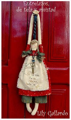 The dolls are cute, but I really like the way they are displayed on a coat hanger. Doll Crafts, Sewing Crafts, Sewing Projects, Angel Crafts, Sewing Dolls, Soft Dolls, Soft Sculpture, Fabric Dolls, Doll Patterns