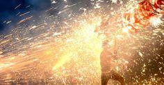 Homem da etnia Miao participa da celebração do Festival das Lanternas com fogos de artifício em Taijiang, Província de Guizhou, na China