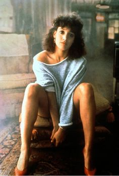 80er-jahre-mode-flashdance-outfit-sweatshirt-schulterfrei-casual-pumps