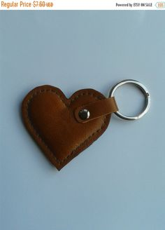 Leather Carving, Leather Art, Leather Gifts, Leather Design, Leather Jewelry, Key Crafts, Heart Keyring, Hand Accessories, Leather Keyring