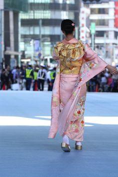 Furisode Kimono, Yukata, Kimono Japan, Japanese Kimono, Geisha Japan, Asian Photography, Japanese Outfits, Japanese Culture, Kimono Fashion