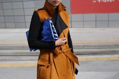 Let This Korean Street Style Be All The Spring Fashion Inspiration You Need #refinery29  http://www.refinery29.com/2016/03/107017/korean-fashion-seoul-street-style-photos#slide-4  Collar popped. Waist tied. Bag clutched....