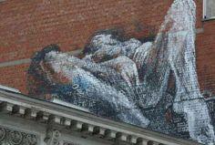 Lo scorso anno, a Bruxelles, è apparso un graffito gigante ritraente una donna nuda intenta a masturbarsi. Dalla popolazione non era stata presentata alcuna denuncia, accettando l'opera con un sorriso. In Italia, invece, cosa sarebbe successo?  #sextoysnellarte #arte #sextoys #vibratori