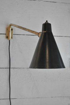 Petite applique de Robert Mathieu en laiton et métal laqué noir. France, 1950's Vendu