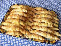 Sýrové česnekové rohlíčky těsto: 500 g polohrubé mouky, 200 g Hery, 100 g strouhaného sýra, 1 kostička droždí (42 g), lžička soli, 1 vejce, 100 ml mléka náplň: 1 palička česneku (klidně i víc), špetka soli 1 vejce na potření Czech Recipes, Russian Recipes, Bread Recipes, Baking Recipes, Czech Desserts, Bread And Pastries, How To Make Bread, Vegetarian Recipes, Good Food