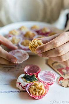 i pasticcini di pasta di mandorle ai pinoli sono un classico di pasticcerie e forni italiani. Velocissimi e senza glutine, sono un regalo di Natale che piace a tutti.