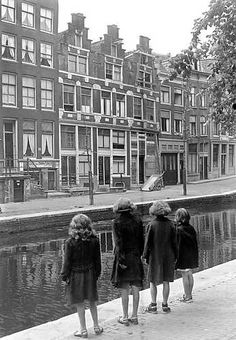 1943. Four girls at a canal in Amsterdam. Photo ANP Historisch Archief Community. #amsterdam #1943 #canals