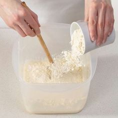 Der Hermann-Teig ist Kult. Wir erklären, wie er aus Mehl, Zucker, Hefe und Wasser angesetzt und anschließend gefüttert und verarbeitet wird. So geht's.                                                                                                                                                                                 Mehr