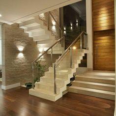 Escada branca com madeira.