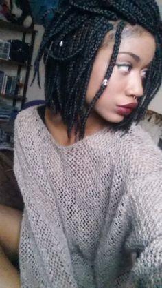 braids box court noir accessoiriser avec des bijoux de cheveux.