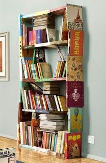 Estantería construida con libros viejos.