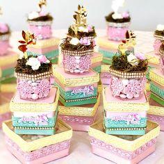 Nenhuma descrição de foto disponível. Girl Birthday, Birthday Parties, Favor Boxes, Ladybug, Favors, Alice, Candy, Disney Princess, Decoration