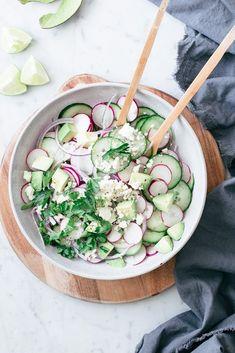 Salade de concombre, radis et feta - Marie-Ève Caplette Nutritionniste - salade. - R E Z E P T I D E E N - Salade Healthy Salad Recipes, Gourmet Recipes, Healthy Snacks, Raw Recipes, Snacks Recipes, Keto Snacks, Eat Healthy, Healthy Life, Cooking Recipes