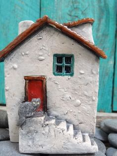 Miniature house with cat OOAK ceramic porcelain by theCherryHeart Clay Houses, Ceramic Houses, Miniature Houses, Diy Clay, Clay Crafts, Paper Crafts, Pottery Houses, Pottery Art, Ceramic Soap Dish