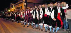 """Llanes celebra las fiestas de La Magdalena """"plantando"""" su mítica hoguera."""