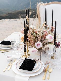 Luxe Vogue Wedding Inspiration in the Malibu Hills ⋆ Ruffled - Gedeckter Tisc. - Luxe Vogue Wedding Inspiration in the Malibu Hills ⋆ Ruffled – Gedeckter Tisch – Hochzeitsdek - Wedding Table Decorations, Wedding Table Settings, Wedding Centerpieces, Table Wedding, Wedding Reception, Reception Design, Wedding Dinner, Centerpiece Ideas, Decor Wedding