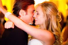 20 Must-Have Wedding Photos --20)The Stolen Kiss