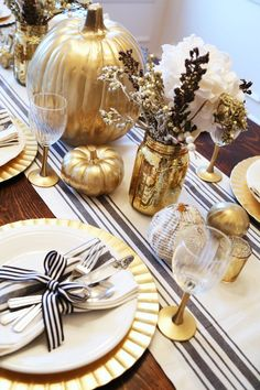 all set: black and gold thanksgiving table - Das Erntedankfest Fall Table Settings, Thanksgiving Table Settings, Thanksgiving Centerpieces, Holiday Tables, Christmas Tables, Thanksgiving Projects, Hosting Thanksgiving, Thanksgiving Parties, Partys