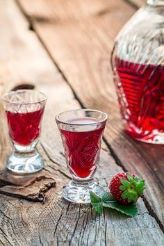Liqueur de fraises maison Healthy Cocktails, Fruity Drinks, Fun Cocktails, Cocktail Drinks, Fun Drinks, Drinks Alcohol Recipes, Non Alcoholic Drinks, Smoothies, Deserts