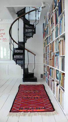 un escalier intérieur métallique avec une rampe en bois