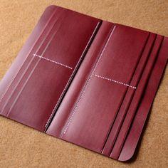 Making of a zipper wallet. Leather Wallet Pattern, Handmade Leather Wallet, Sewing Leather, Leather Diy Crafts, Leather Projects, Leather Craft, Handmade Handbags, Vintage Handbags, Estilo Girlie