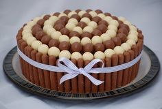 Torta cuchufli y bastones de chocolate