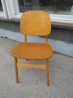 Puurunkoiset tuolit, istuinosassa keinonahkaverhoilu, tukevat ja hyväkuntoisia, pieniä ajan jälkiä näkyvissä. Yhden tuolin etureunassa verhoilussa pieni nirhauma.  Tuoleja löytyy 2 kpl. MYYTY.