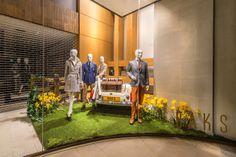 Daks | Summer by Millington Associates | #windowdisplay #vm #retail #picknick |  thema is zomer, maar narcissen zijn toch echt lentebloemen.