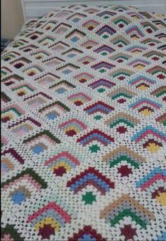 Crochet Bedspread Pattern, Granny Square Crochet Pattern, Crochet Stitches Patterns, Crochet Squares, Crochet Designs, Knitting Patterns, Granny Squares, Crochet Afgans, Crochet Flower Tutorial