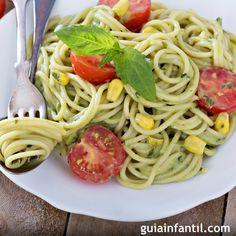 Espaguetis con salsa de aguacate.