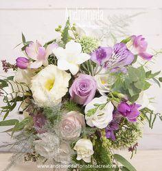 Ramo de novia silvestre con flores románticas