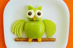 Kitchen Fun With My 3 Sons: Apple Owl .Hoot Hoot Eat Some Fruit! cute snacks for kids Cute Snacks, Fruit Snacks, Cute Food, Good Food, Kid Snacks, Funny Food, Awesome Food, Edible Crafts, Food Crafts