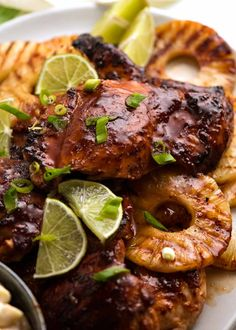 Close up of Hawaiian Huli Huli Chicken with grilled pineapples Poulet Huli Huli, Huli Huli Chicken, Hawaiian Dishes, Hawaiian Chicken, Hawaiian Recipes, Chinese Cooking Wine, Recipetin Eats, Recipe Tin, Dinner Recipes Easy Quick