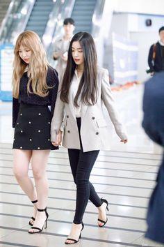 Irene-Redvelvet 180331 Gimpo Airport heading to North Korea Airport Fashion Kpop, Kpop Fashion Outfits, Korean Outfits, Casual Outfits, Wendy Red Velvet, Red Velvet Irene, Seulgi, Différents Styles, Park Sooyoung