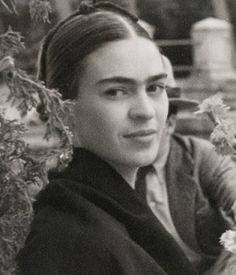 Frida Kahlo + yo solía pensar que era la persona más extraña en el mundo, pero luego pensé, hay mucha gente así en el mundo, tiene que haber alguien como yo, que se sienta bizarra y dañada de la misma forma en que yo me siento. Me la imagino, e imagino que ella también debe estar por ahí pensando en mí. Bueno, yo espero que si tú estás por ahí y lees esto sepas que, sí, es verdad, yo estoy aquí, soy tan extraña como tú. + chauchat...no estás sola